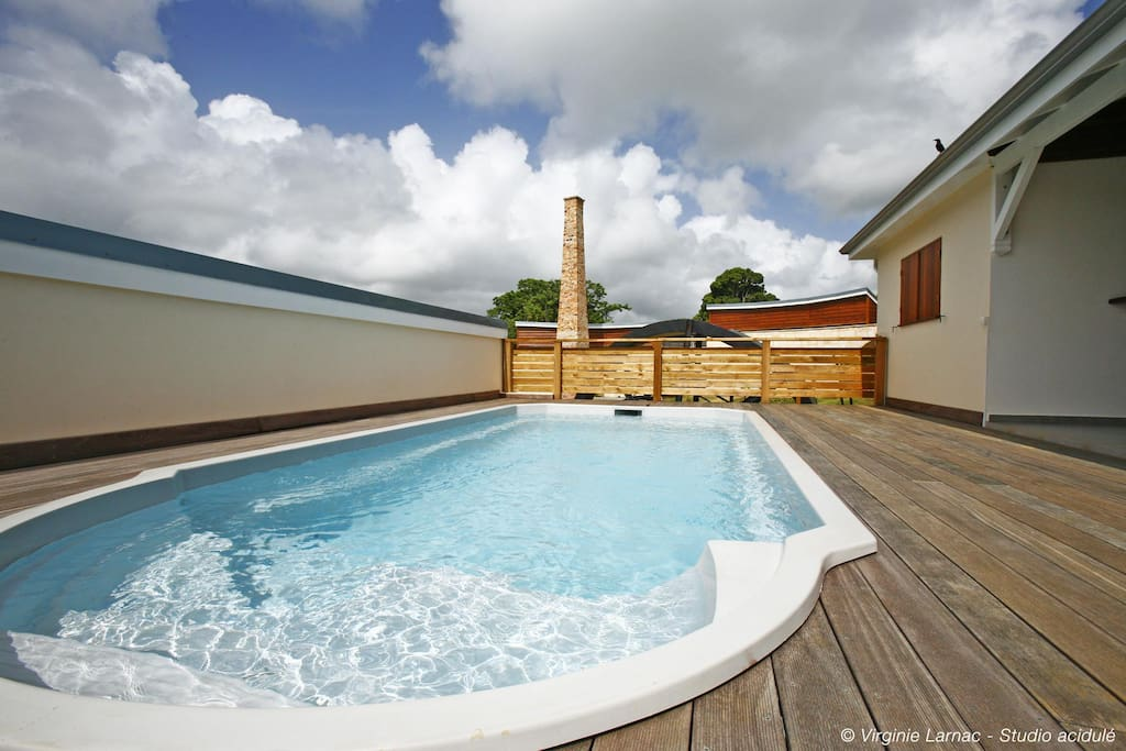 vue piscine privée et cheminée distillerie
