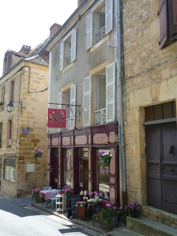 Bijou apartment in beautiful, medieval street - Excideuil - Leilighet