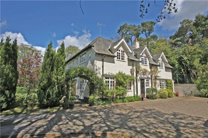 Country House Set In 2.7 Acres With Hot Tub!
