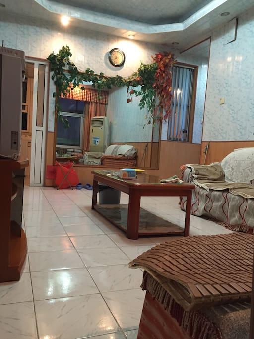 客厅有茶几、两张沙发床、高速无线网、电视。不仅可以有在家一般的舒适,人多时,沙发床也可以充当床。