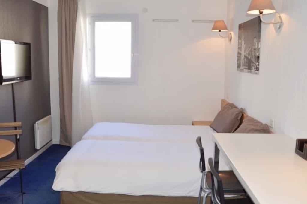 appartement lumineux, calme et sans vis à vis. Une petite tanble ronde avec 2 chaises dans le coin cuisine