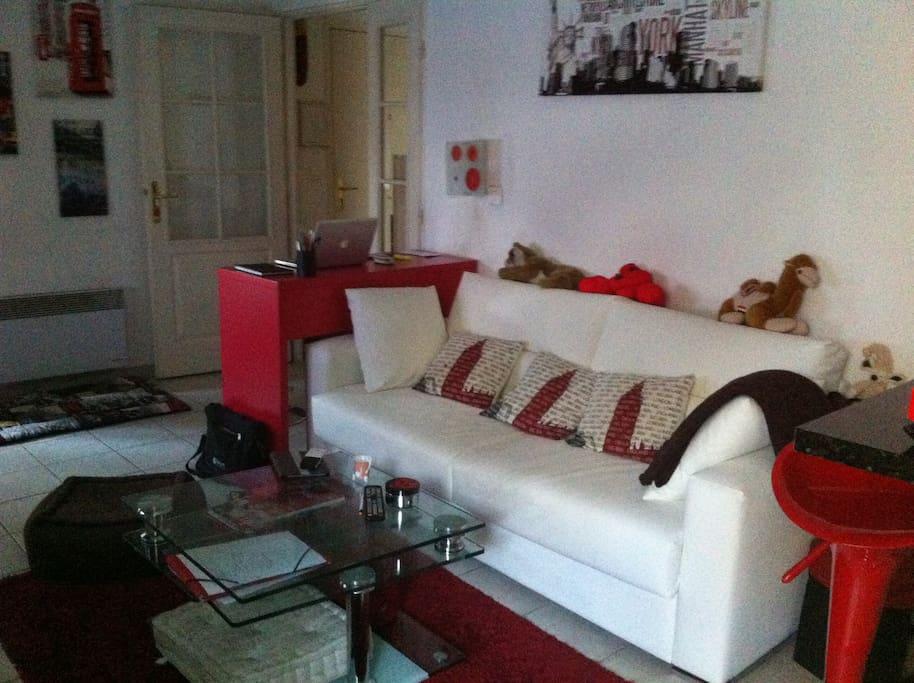 Le salon avec canapé, petit bureau
