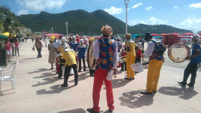 Local parades young St.maarten people today 26/11/2016.