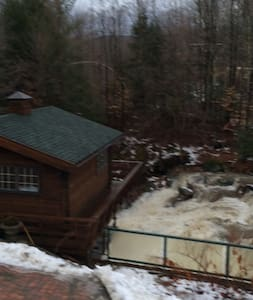 Cottage Literally Over a Waterfall - Montgomery - Hytte
