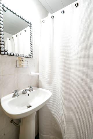 Bano se encuentra en planta baja y cuenta con ducha, agua caliente y fria, y bidet