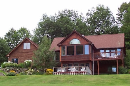 Mountain Meadow View BnB - Queen - Waterbury - Bed & Breakfast