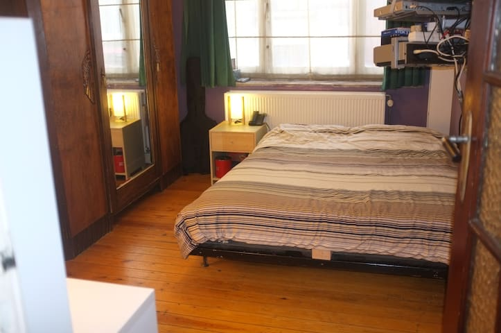 Double-bed room close to citycenter - Saint-Gilles - Apartamento