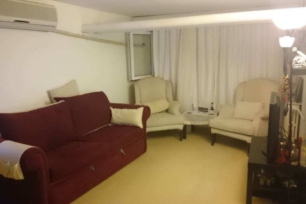 livingroom with tv and airconditioner