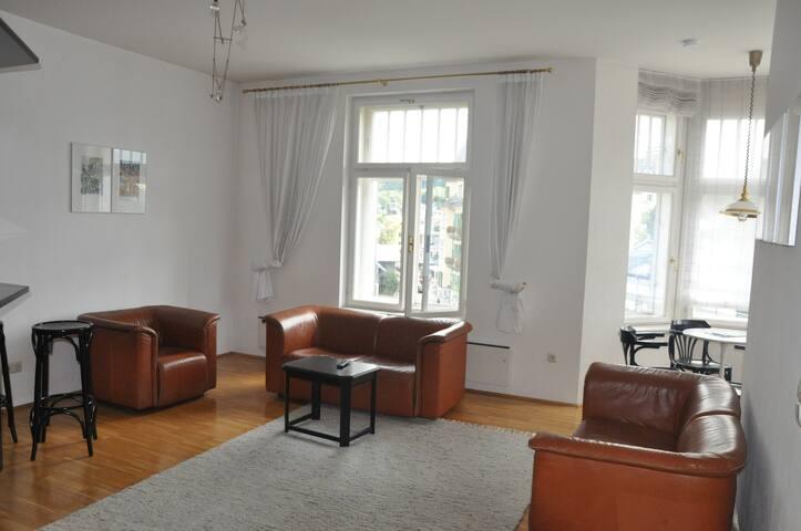 helles Wohnzimmer mit Seeblick