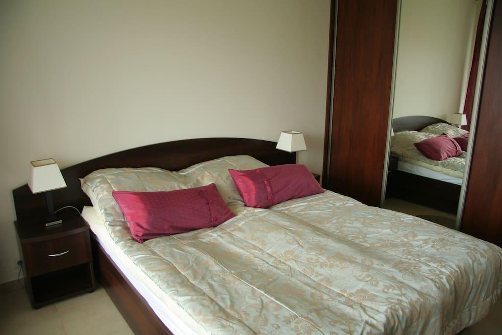 Szerokie łóżko małżeńskie z przestronną szafą