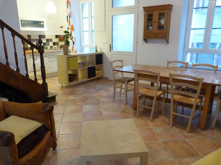vue du coin salon avec la cuisine au fond