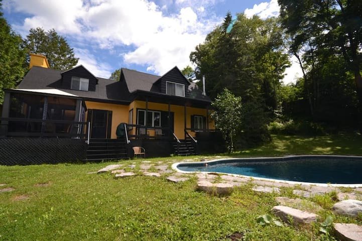 Beautiful Chalet with Pool and more in Ste Adele - Sainte-Adèle - Chalet