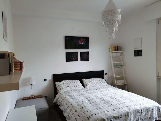 La camera è fresca e rilassante, e il letto ha un materasso in lattice comodissimo