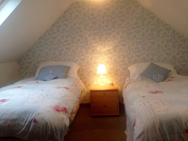 Ensuite twin bedroom in cottage - Portree