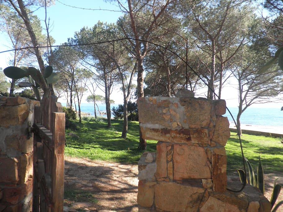 cancello sulla spiaggia