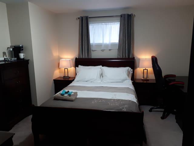 Spacious Room, Queen Size, HUGE TV, FREE WIFI (1)