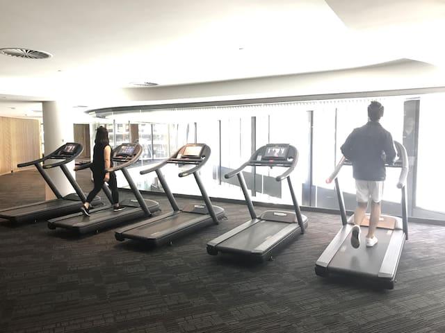 墨尔本CBD宽敞酒店式公寓免费WIFI泳池健身桑拿免费电车区
