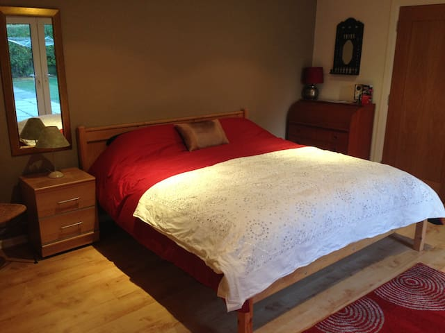 super kingsize ensuite,great locale - Londonderry - Bed & Breakfast