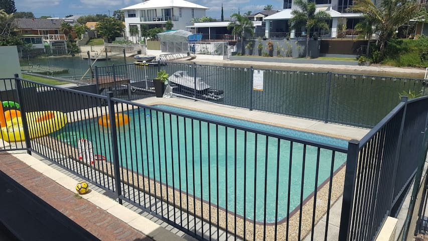 Unique Central home with Pool - Broadbeach Waters - บ้าน