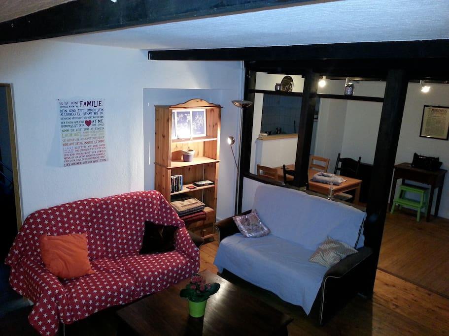 Wohnzimmer mit Blick durch das offene Fachwerk