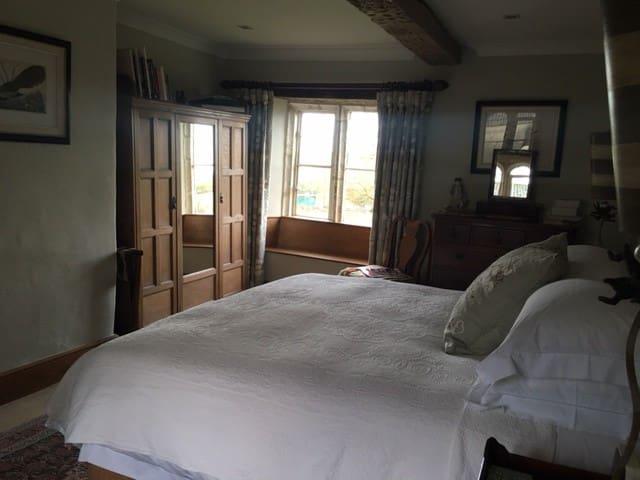 Historic Manor House - Room 1 of 4 - Garsdon - Bed & Breakfast