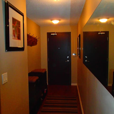 Entrance hallway with a coat hanger to hang jackets or purses.