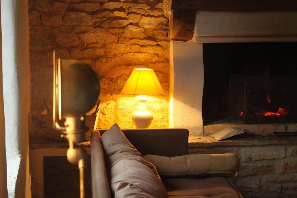 Double salon cheminée / tv très spacieux, cheminée fonctionnelle