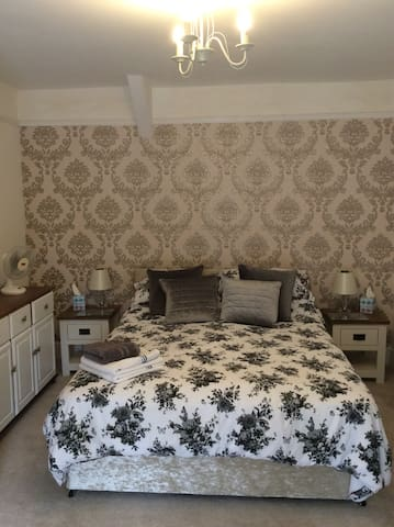 Private Tranquil Rooms, Llanybydder sleeps 1-2