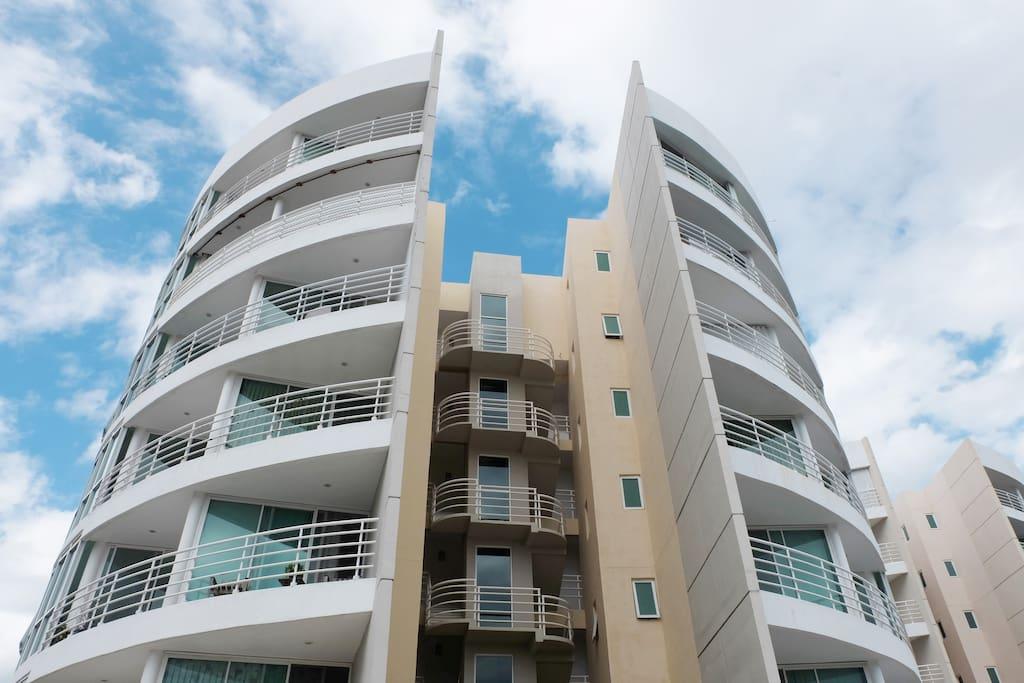 Este es el frente del edificio, el departamento esta en el 5o piso con una terraza hermosa donde puedes disfrutar de los atardeceres y los amaneceres