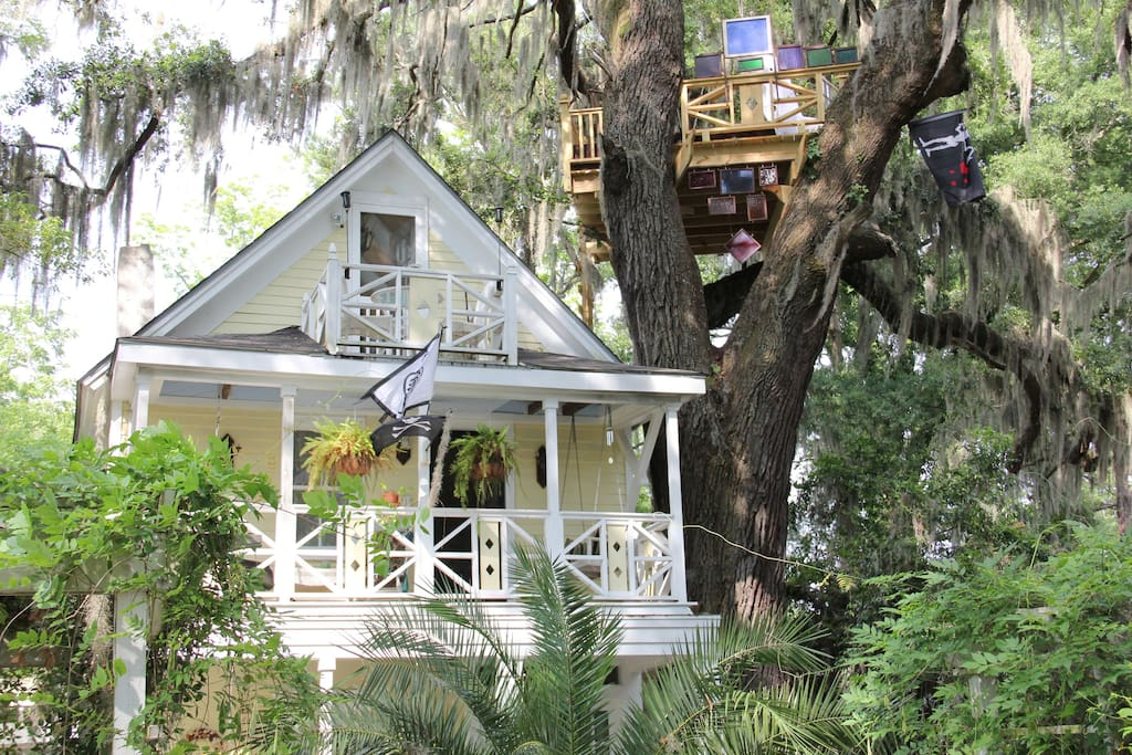 Diamond oaks treehouse parlor room bed and breakfasts for 8 living room tree houses powys