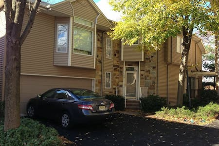 Apt in a house, walk to NYC bus - West Orange - Hus