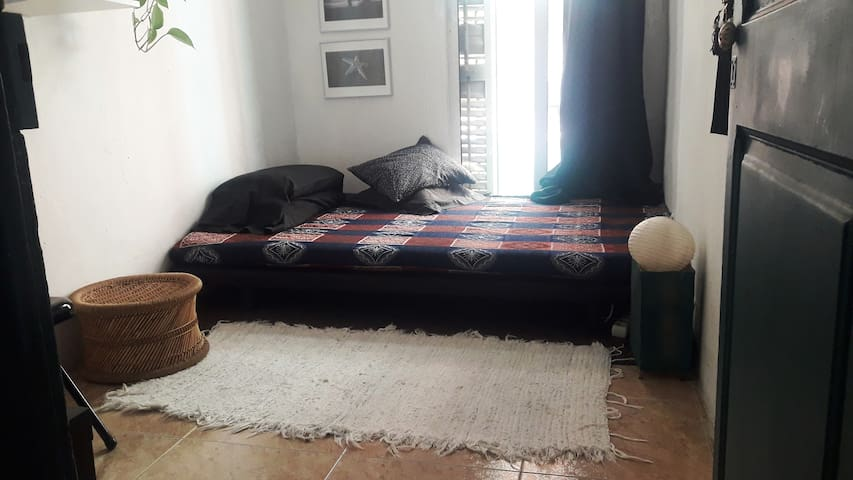 NICE ROOM AVAILABLE IN THE HEART OF GRACIA