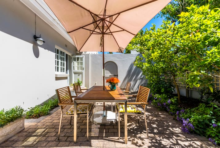 Peaceful and spacious Garden Cottage in Constantia
