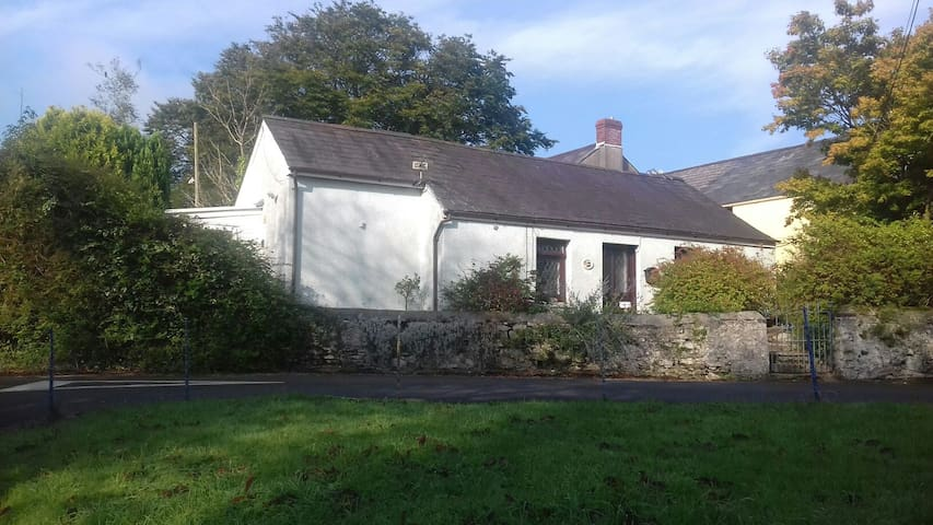 Rural village cottage near to beach - Llanybri - Hus