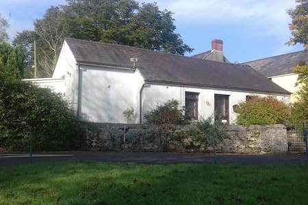 Rural village cottage near to beach - Llanybri - House