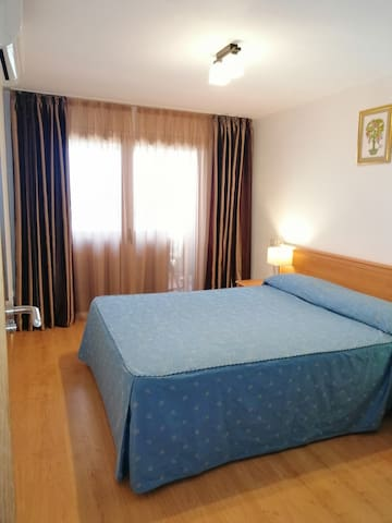 Dormitorio principal con cama doble 150х190