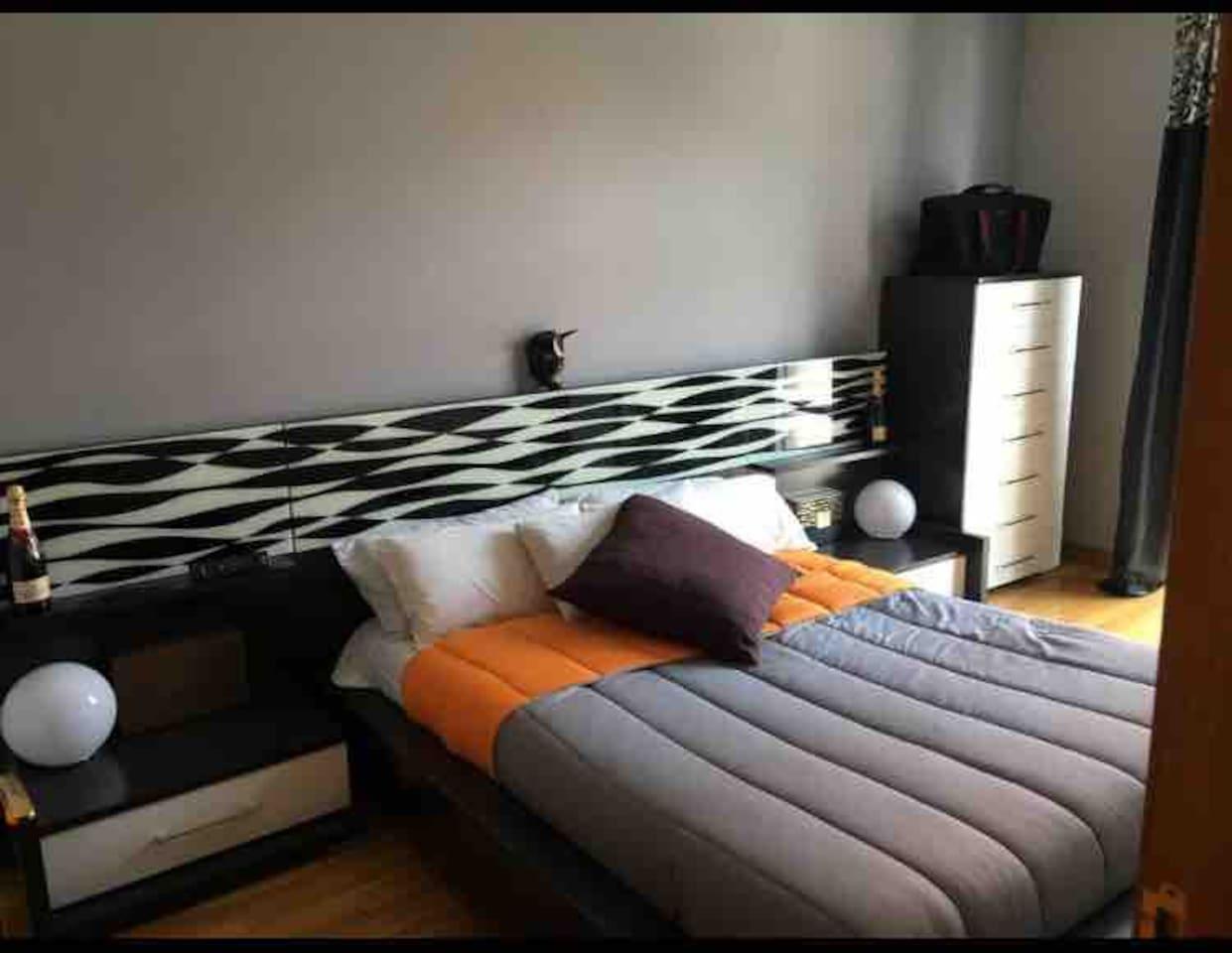 """Habitación 25m.c. Mobiliario de diseño  Baño interior  Tv 40"""" Menú de almohadas Memory foam"""