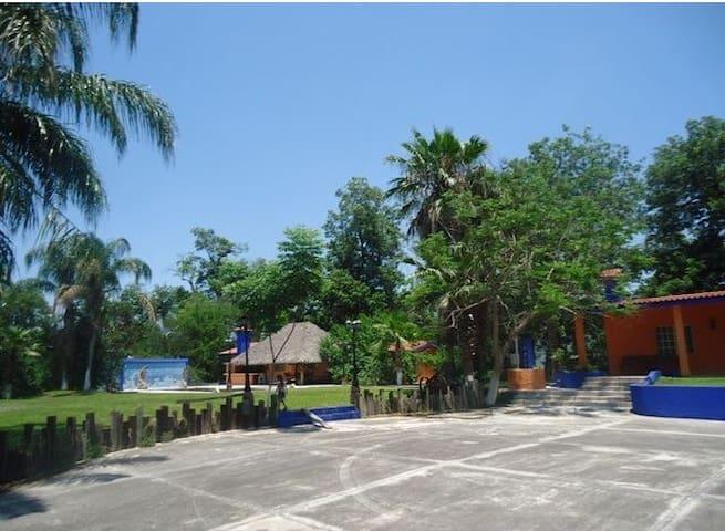 Huerta de naranjos con alberca y Rio privado