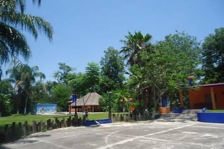 Huerta de naranjos con alberca y rio