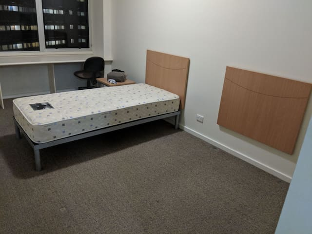 Spacious room near CBD, Lygon and Universities.