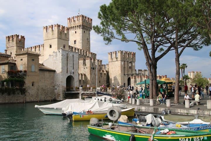 Il castello medioevale a 400 m The medieval castle at 400m