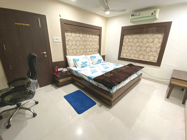 King Bed AC WiFi Penthouse Near Airport, Bus Stand