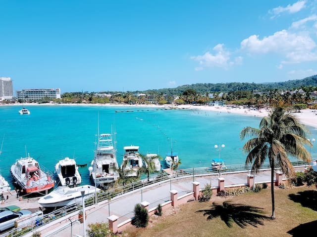 Modish Beach Condo☀ ~ Ocho Rios Perfect Location