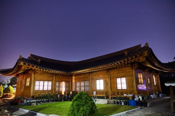 본채 (다사랑)은 전통 궁궐형 한옥의  구조를 볼 수 있도록 서까래를 노출시킨 천장입니다.