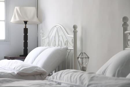 款款民居,包棟獨享,一次服務一組客人,新舊混搭,城市老屋的新空間享受。 - West Central District - Cabaña