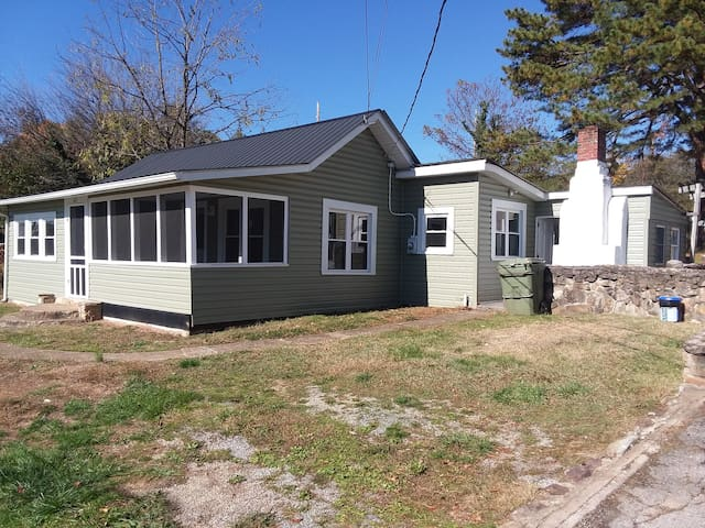 Cute cottage in the heart of Salem sleeps 6