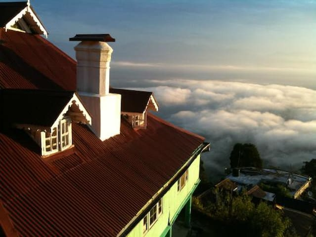 The Himalayas, Tea, & Cozy Bungalow - Darjeeling - Bungalow
