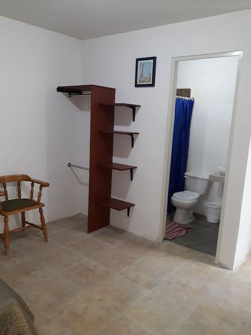Un pequeño Closet  Acceso al baño privado.