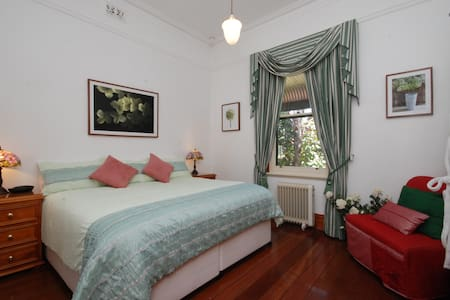 Classy King Bed Twin or Triple Room - North Perth - Bed & Breakfast