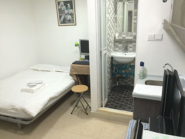 comfortable room with desktop - 香港香港 - Apartament